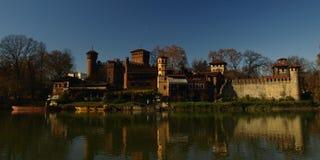 Τορίνο, ποταμός Po, άποψη του μεσαιωνικού κάστρου. Στοκ Εικόνες