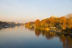 Τορίνο (Τουρίνο), Po ποταμός, εκκλησία στο λόφο και ζωηρόχρωμα δέντρα Στοκ φωτογραφία με δικαίωμα ελεύθερης χρήσης