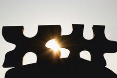 Τορνευτικό πριόνι σκιαγραφιών κινηματογραφήσεων σε πρώτο πλάνο με την ηλιοφάνεια στην πλάτη στοκ εικόνα