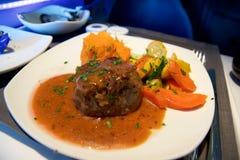 ΤΟΡΟΝΤΟ, ΚΑΝΑΔΑΣ - 21 Ιανουαρίου 2017: Γεύμα επιχειρησιακής κατηγορίας του Air Canada κατά την πτήση, λωρίδα βόειου κρέατος, σάλτ στοκ εικόνες