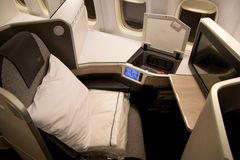 ΤΟΡΟΝΤΟ, ΚΑΝΑΔΑΣ - 28 Ιανουαρίου 2017: Καθίσματα επιχειρησιακής κατηγορίας του Air Canada μέσα στο Boeing 777-300ER από το εναλλα Στοκ Φωτογραφίες