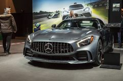 Τορόντο, Καναδάς - 2018-02-19: Επισκέπτες του 2018 καναδικό διεθνές AutoShow εκτός από το Mercedes-AMG GT Ρ που επιδεικνύεται στη Στοκ Φωτογραφίες
