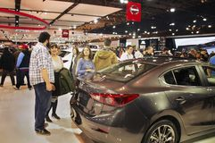 Τορόντο, Καναδάς - 2018-02-19: Επισκέπτες του 2018 καναδικό διεθνές AutoShow στην έκθεση εταιριών μηχανών της Mazda Στοκ φωτογραφίες με δικαίωμα ελεύθερης χρήσης
