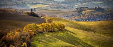 Τοσκάνη Tuscan τοπίο, κυλώντας λόφοι λαμβάνοντας υπόψη το ηλιοβασίλεμα Ιταλία στοκ εικόνα με δικαίωμα ελεύθερης χρήσης