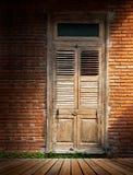 Τουβλότοιχος με την ξύλινη πόρτα στοκ φωτογραφία
