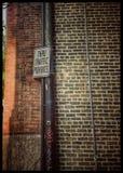 Τουβλότοιχος στη στενωπό Στοκ Φωτογραφίες