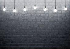 Τουβλότοιχος με τις καμμένος λάμπες φωτός Στοκ Εικόνες