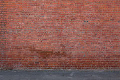 Τουβλότοιχος με το έδαφος στοκ φωτογραφία με δικαίωμα ελεύθερης χρήσης