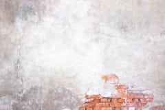 Τουβλότοιχος με το χαλασμένο ασβεστοκονίαμα, υπόβαθρο τσιμέντο sur Στοκ φωτογραφία με δικαίωμα ελεύθερης χρήσης