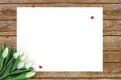 Τουλίπες στο ξύλινο υπόβαθρο με το διάστημα για το μήνυμα Υπόβαθρο ημέρας μητέρων ` s Λουλούδια στον αγροτικό πίνακα για την 8η Μ Στοκ Εικόνα