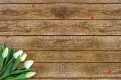 Τουλίπες στο ξύλινο υπόβαθρο με το διάστημα για το μήνυμα Υπόβαθρο ημέρας μητέρων ` s Λουλούδια στον αγροτικό πίνακα για την 8η Μ Στοκ εικόνα με δικαίωμα ελεύθερης χρήσης