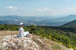 Τουρίστας γυναικών κατά την της Κριμαίας άποψη πανοράματος βουνών Στοκ φωτογραφίες με δικαίωμα ελεύθερης χρήσης
