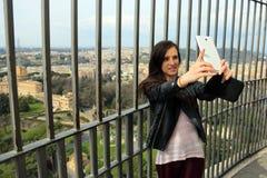 Τουρίστας γυναικών που παίρνει selfie από την κορυφή του SAN Pietro Dome Στοκ φωτογραφία με δικαίωμα ελεύθερης χρήσης