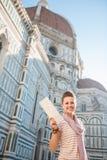 Τουρίστας γυναικών που παρουσιάζει χάρτη στεμένος κοντά σε Duomo, Ιταλία Στοκ Φωτογραφία