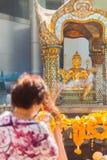 Τουρίστας γυναικών που προσεύχεται στη λάρνακα Erawan Στοκ Φωτογραφίες