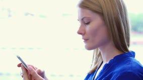 Τουρίστας γυναικών που ταξιδεύει στο τραίνο Χρησιμοποιώντας το smartphone της, κοιτάζοντας βιαστικά, διαβάζοντας τις ειδήσεις, πο φιλμ μικρού μήκους