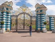 Τουρίστας γυναικών σε ένα σημείο τουριστών στη χρυσή πύλη του μεγάλου παλατιού της Catherine σε Tsarskoye Selo, Ρωσία Στοκ φωτογραφία με δικαίωμα ελεύθερης χρήσης
