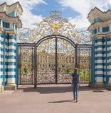 Τουρίστας γυναικών σε ένα σημείο τουριστών στη χρυσή πύλη του μεγάλου παλατιού της Catherine σε Tsarskoye Selo, Ρωσία Στοκ φωτογραφίες με δικαίωμα ελεύθερης χρήσης