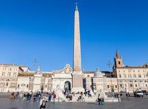 Τουρίστας και αιγυπτιακός οβελίσκος Piazza del Popolo Στοκ Εικόνα