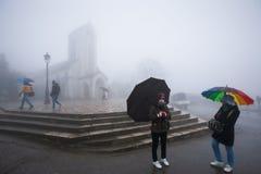 Τουρίστας και βιετναμέζικοι λαοί με την ομπρέλα σε βροχερό και την ομίχλη μέσα στοκ φωτογραφία με δικαίωμα ελεύθερης χρήσης