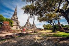 Τουρίστας κοντά στους παλαιούς ναούς στην Ταϊλάνδη Στοκ Φωτογραφίες