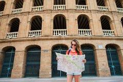 Τουρίστας κοριτσιών Plaza del Toros, ένας χώρος ταυρομαχίας Στοκ Φωτογραφία