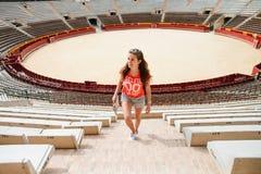 Τουρίστας κοριτσιών Plaza del Toros, ένας χώρος ταυρομαχίας Στοκ εικόνα με δικαίωμα ελεύθερης χρήσης