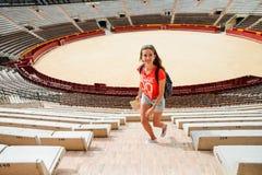 Τουρίστας κοριτσιών Plaza del Toros, ένας χώρος ταυρομαχίας Στοκ Εικόνες