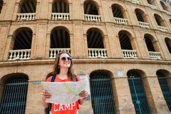 Τουρίστας κοριτσιών Plaza del Toros, ένας χώρος ταυρομαχίας Στοκ Εικόνα