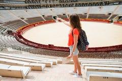 Τουρίστας κοριτσιών Plaza del Toros, ένας χώρος ταυρομαχίας Στοκ φωτογραφίες με δικαίωμα ελεύθερης χρήσης