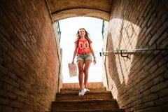 Τουρίστας κοριτσιών Plaza del Toros, ένας χώρος ταυρομαχίας Στοκ εικόνες με δικαίωμα ελεύθερης χρήσης