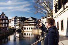 Τουρίστας Μεσαίωνα που κάνει την κινητή φωτογραφία της διάσημης περιοχής Στοκ Φωτογραφίες