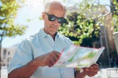 Τουρίστας με έναν χάρτη στην πόλη στοκ φωτογραφίες