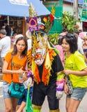 Τουρίστας με το ζωηρόχρωμο εκτελεστή μασκών Phi TA Khon στο φεστιβάλ, Ταϊλάνδη Στοκ εικόνα με δικαίωμα ελεύθερης χρήσης