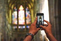 Τουρίστας με το κινητό τηλέφωνο στη θέση Αγίου, εκκλησία στοκ εικόνα με δικαίωμα ελεύθερης χρήσης