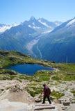 Γυναίκα που στα βουνά σε μια διαδρομή τουριστών στοκ εικόνες
