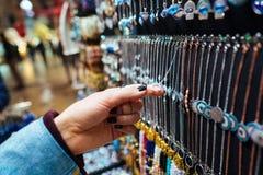 Τουρίστας νέων κοριτσιών που περπατά στην αγορά αναμνηστικών Στοκ Εικόνες