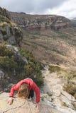 Τουρίστας που αναρριχείται στον απότομο βράχο στο χρυσό εθνικό πάρκο Χάιλαντς πυλών, Νότια Αφρική Περιπέτεια και εξερεύνηση στην  Στοκ φωτογραφία με δικαίωμα ελεύθερης χρήσης