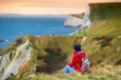 Τουρίστας που απολαμβάνει τη θέα του πολεμικού όρμου ατόμων Ο ` στην ακτή του Dorset στη νότια Αγγλία, μεταξύ των ακρωτηρίων της  Στοκ Φωτογραφία