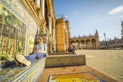 Τουρίστας που απολαμβάνει τον ήλιο Plaza de Espana, Σεβίλη, Ανδαλουσία, SPA Στοκ φωτογραφίες με δικαίωμα ελεύθερης χρήσης