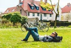 Τουρίστας που απολαμβάνει την ηλιόλουστη ημέρα Στοκ Εικόνες