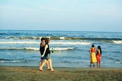 Τουρίστας που απολαμβάνει την παραλία μαρινών, Chennai, Ινδία Στοκ Φωτογραφίες