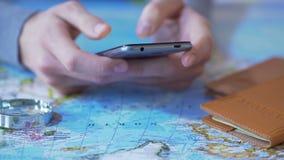 Τουρίστας που βλέπει κινητό app στη συσκευή για να κρατήσει τα εισιτήρια και το δωμάτιο ξενοδοχείου για τις διακοπές απόθεμα βίντεο