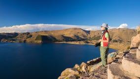 Τουρίστας που εξετάζει την άποψη άνωθεν, λίμνη Titicaca, Βολιβία στοκ εικόνες