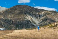 Τουρίστας που επισκέπτεται το Hill του Castle στις νότιες Άλπεις, πέρασμα του Άρθουρ, νότιο νησί της Νέας Ζηλανδίας Στοκ εικόνα με δικαίωμα ελεύθερης χρήσης
