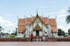 Τουρίστας που επισκέπτεται Wat Phumin Στοκ εικόνα με δικαίωμα ελεύθερης χρήσης