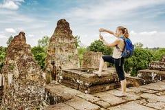 Τουρίστας που παίρνει την εικόνα στον προ ναό Rup, Angkor, Καμπότζη Στοκ Φωτογραφίες