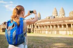 Τουρίστας που παίρνει την εικόνα του Angkor Wat σύνθετο, Καμπότζη Στοκ Εικόνες
