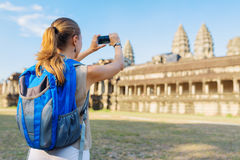 Τουρίστας που παίρνει την εικόνα του Angkor Wat σύνθετο στην Καμπότζη Στοκ Εικόνες