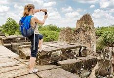 Τουρίστας που παίρνει την εικόνα των καταστροφών προ Rup, Angkor, Καμπότζη Στοκ Φωτογραφίες